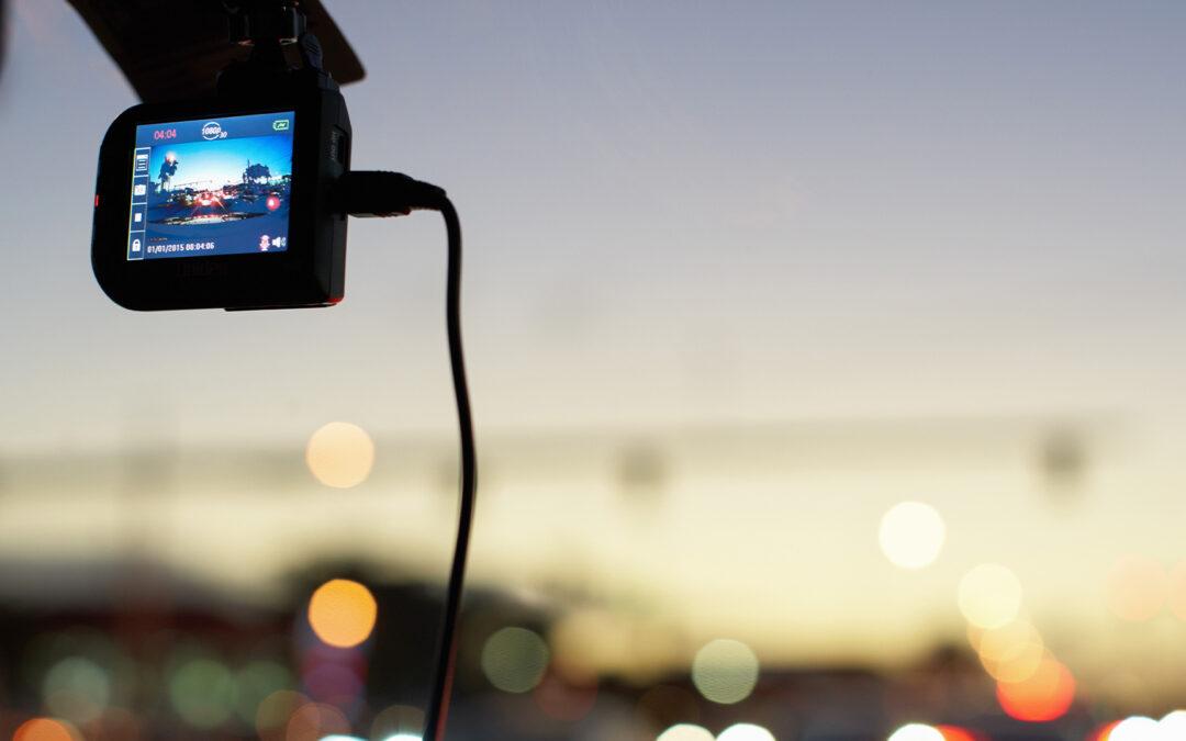 Eine Dashcam filmt die Straße vor einem Auto