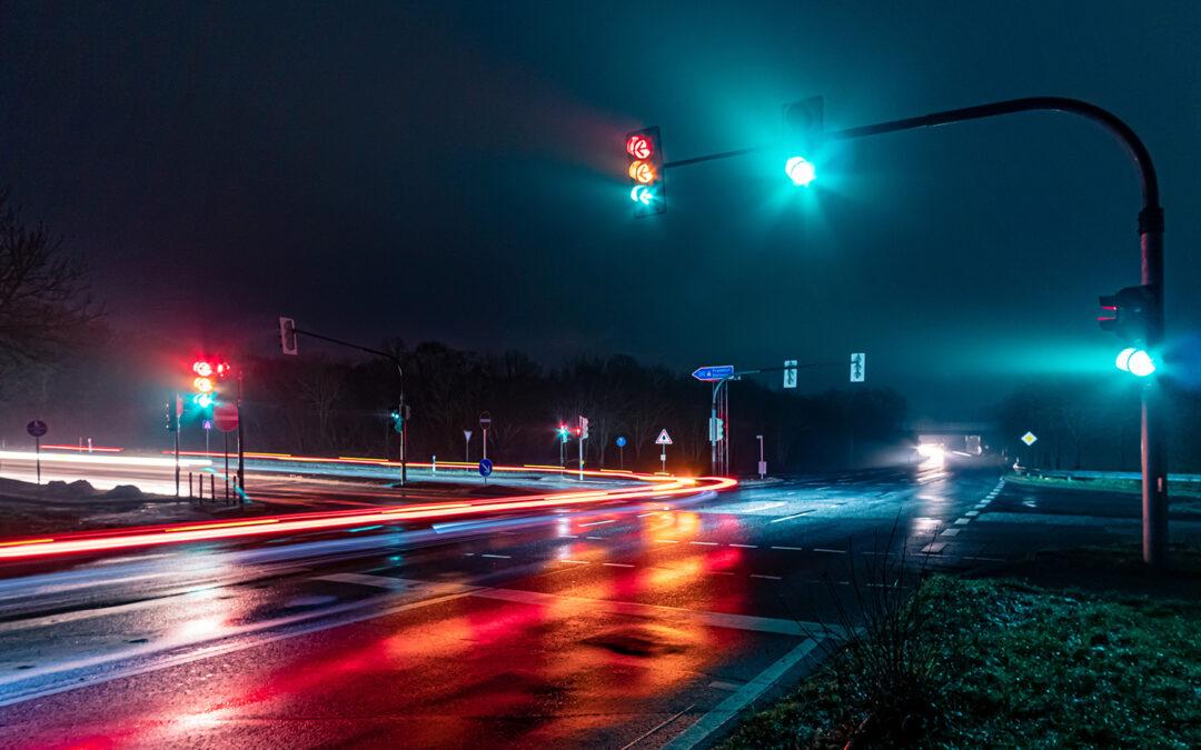 Eine rote Ampel auf einer Landstraße bei Nacht