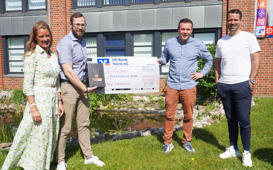 Femke Ebsen und Frank Collatz übergeben den Gewinnerscheck über 10.000 € an die CheckmyNext Gründer Daniel Desler und Carsten Daus